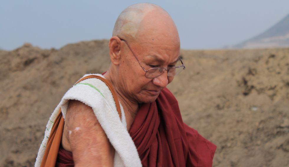 Las heridas causadas por el fósforo blanco son todavía visibles en el cuerpo de U Teikkha Nyana.