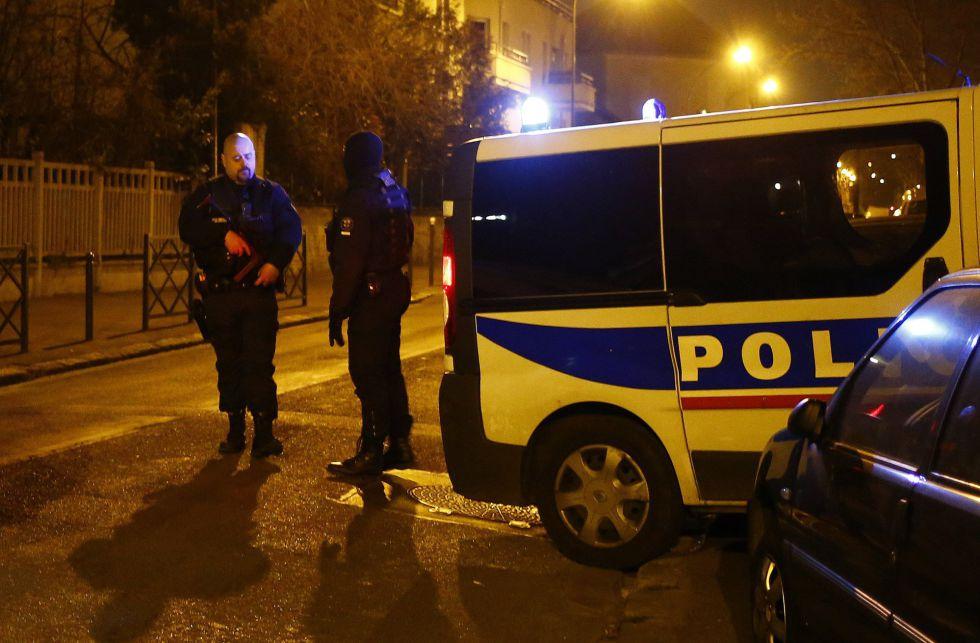 Dos investigadores policiales cerca de la vivienda en la que buscan explosivos