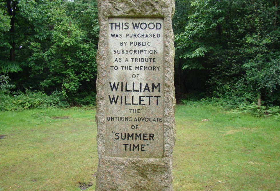 Este monolito recuerda al británico William Willett, impulsor del horario de verano.