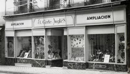 Fachada de la tienda de El Corte Inglés en la calle de Preciados 3, en 1941.