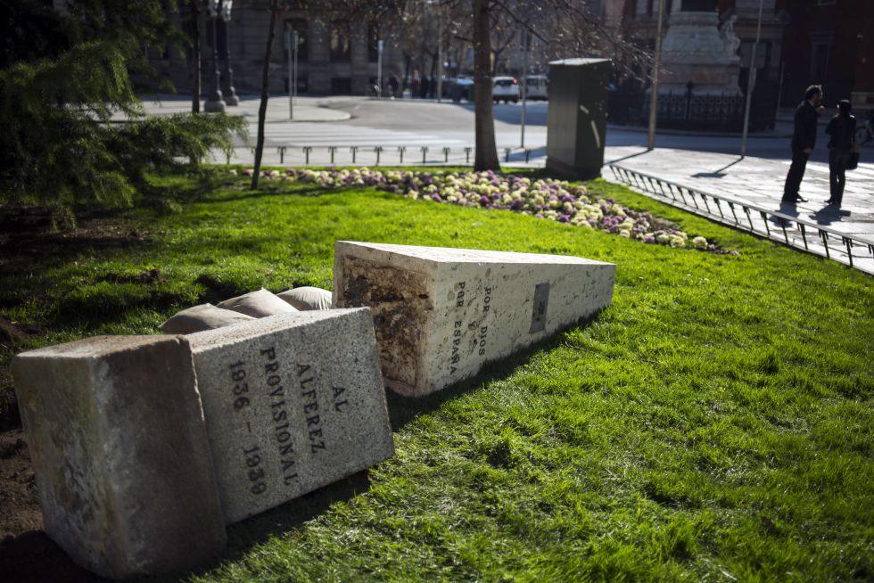 Desmontaje del monolito al Alférez Provisional en Madrid.