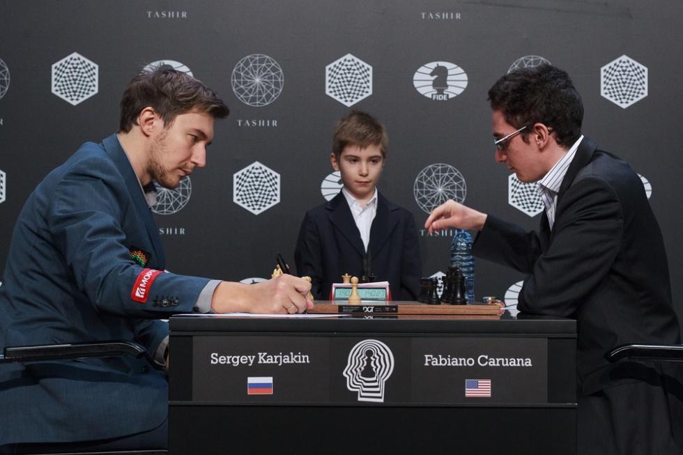 El inicio de la partida clave, después del saque de honor del niño Ártur Magomédov, campeón infantil de Moscú