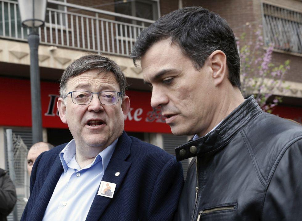 El secretario general del PSOE, Pedro Sánchez, habla con el presidente de la Generalitat valenciana, Ximo Puig (izquierda de la imagen) durante una reciente visita a Valencia.