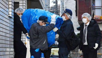 Policías extraen el ordenador del apartamento del secuestro.