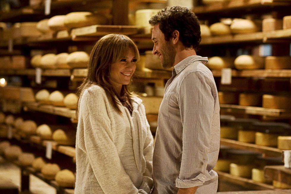 Jennifer Lopez y Alex O'Loughlin haciendo manitas tras los estantes de queso en 'El plan B' (2010). A ellos también les gusta.