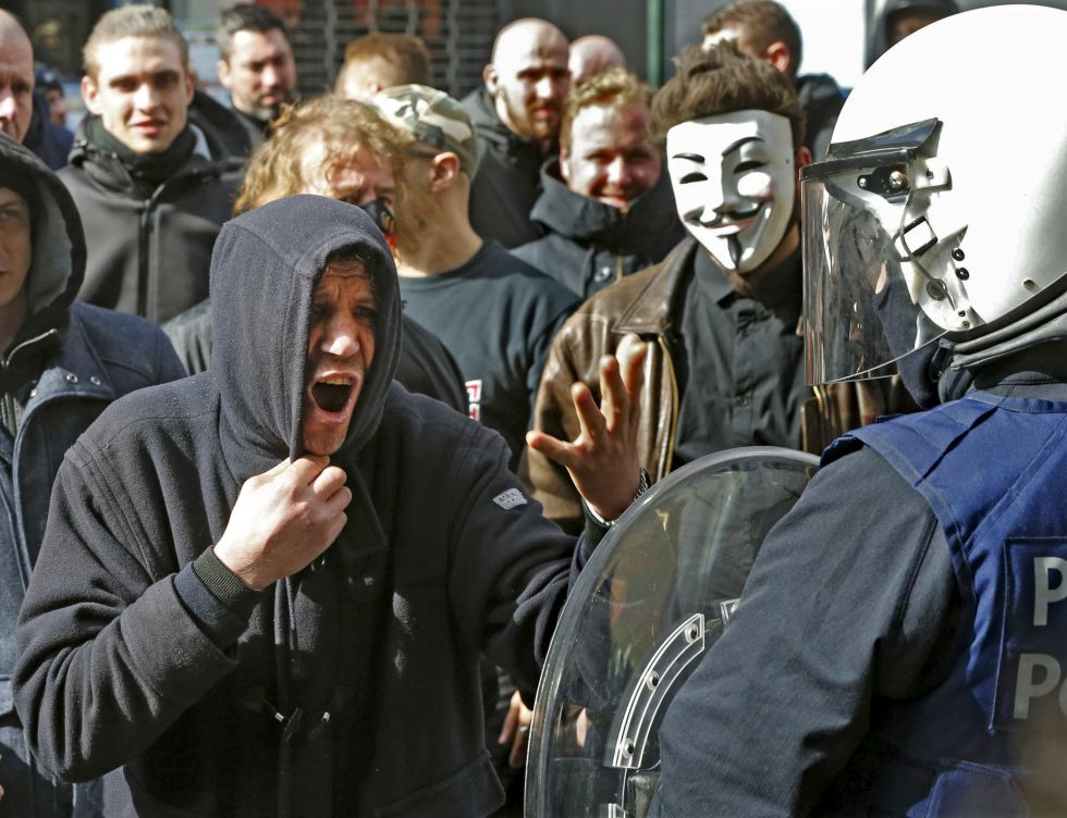 Manifestantes se enfrentan a la policía el pasado domingo en Bruselas.