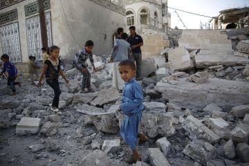Unos niños juegan en medio de los escombros de una casa destruida por un ataque aéreo saudí perpetrado en Sanaa, Yemen, el pasado 8 de marzo.