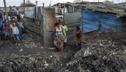 Una familia en un asentamiento ilegal en Limete.