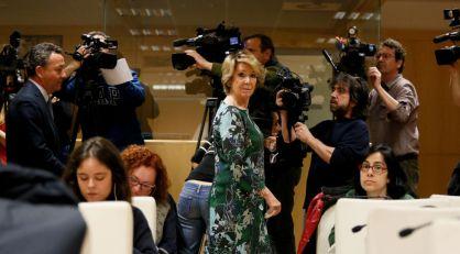 Aguirre entra en la sala de la rueda de prensa de Carmena y Causapié.