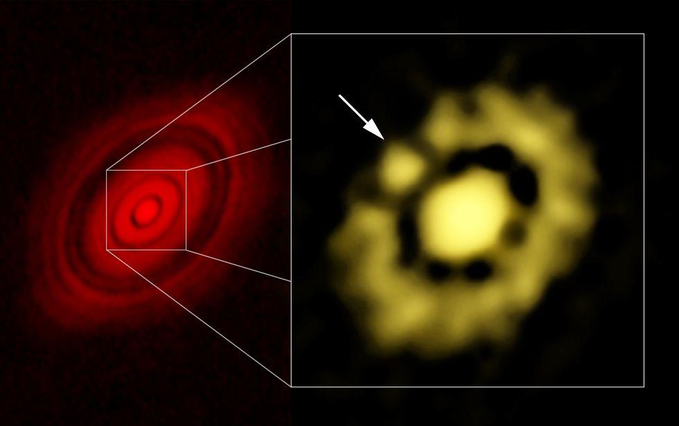 A la izquierda, imagen de la estrella LH Tau y su disco, obtenida con el radiotelescopio ALMA, en la que se aprecian surcos concéntricos; a la derecha, las observaciones del telescopio VLA de zona central del disco muestran una acumulación de polvo (marcada con una flecha) que sería un embrión de planeta.rn rn
