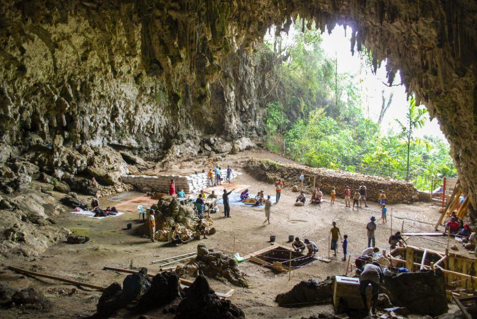 Caverna de Lian Bua en la que se encontró la mujer de Flores