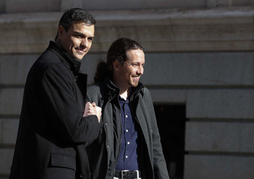 Un gesto entre Pedro Sánchez y Pablo Iglesias antes de su reunión del 30 de marzo de 2016.