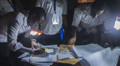 Recuento de votos sin luz en una escuela de Níger.
