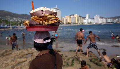 Un vendedor de tacos en una playa de Acapulco.