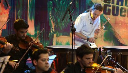 Iglesias interpreta al tambor la melodía de 'Juego de Tronos'.