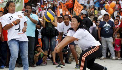 Keiko Fujimori juega al voleibol en un acto de campaña.