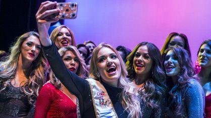 La nueva Miss Carnaval se fotografía con sus compañeras.