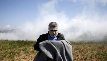 Un refugiado tras inhalar gas lacrimógeno este domingo.
