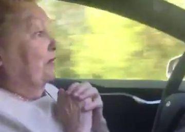 Así reacciona una septuagenaria en un coche Tesla sin conductor