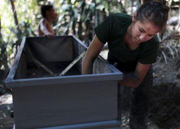 El negocio de los ataúdes saca de la crisis a una ciudad de El Salvador