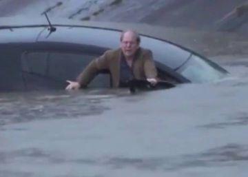 Un reportero salva a un hombre de hundirse con su coche en Houston