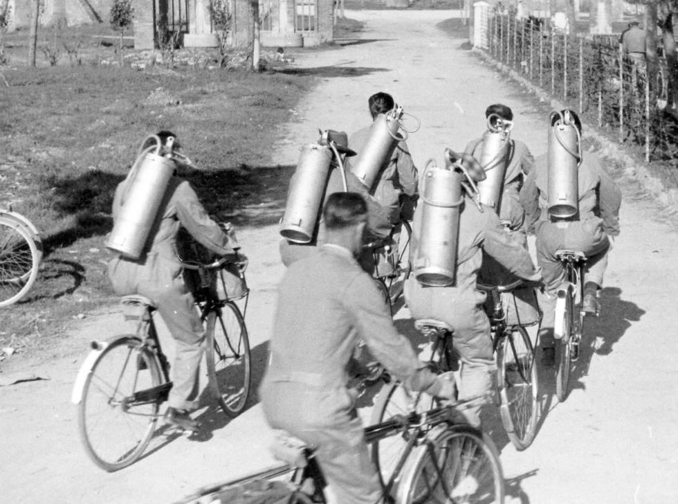 Técnicos en bici con bombonas de insecticida DDT, en Italia, 1947.