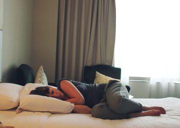 Medio cerebro hace guardia al dormir en una cama extraña