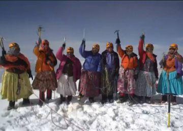 15 cholitas bolivianas escalan su tercera montaña de 6.000 metros