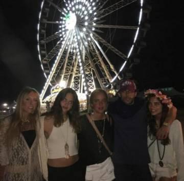 Alonso Aznar con amigas en Coachella.