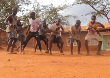 Bailando a los Justin Bieber en las calles de Uganda