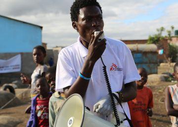 Promotores de salud en Lusaka, Gambia, dan a conocer la campaña de inmunización ante el cólera.