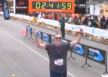 El hombre que siempre llega último en las maratones