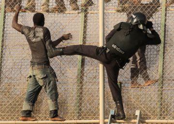 Un goteo constante de inmigrantes entra en Melilla