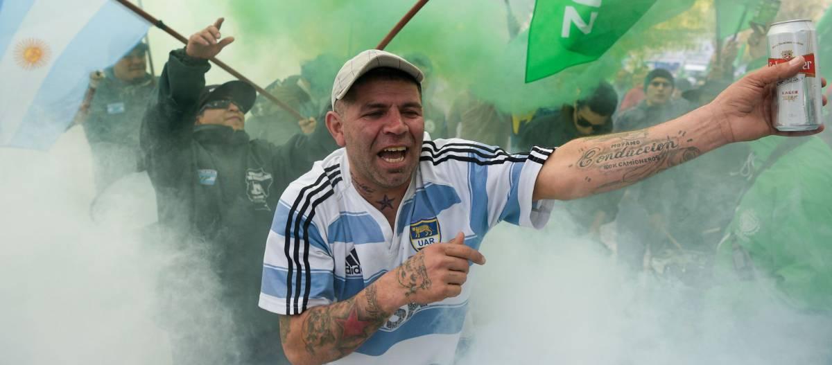 Protesta contra los recortes de gasto y empleo públicos, ayer en Buenos Aires.