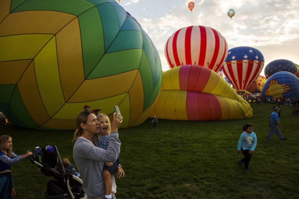 Madre e hija disfrutan del Festival Internacional de Globos Aerostáticos en Alburquerque, Nuevo México, el 3 de octubre de 2015.