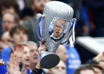 El trofeo de la Premier, con la foto de Ranieri, en el sector de los hinchas del Leicester en Old Trafford