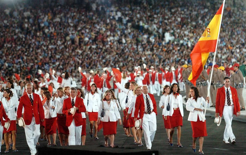 El equipo español desfila ondeando la bandera constitucional en la Olimpiada de Atenas.