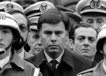 Felipe González en el funeral del teniente general Guillermo Quintana, en 1984.