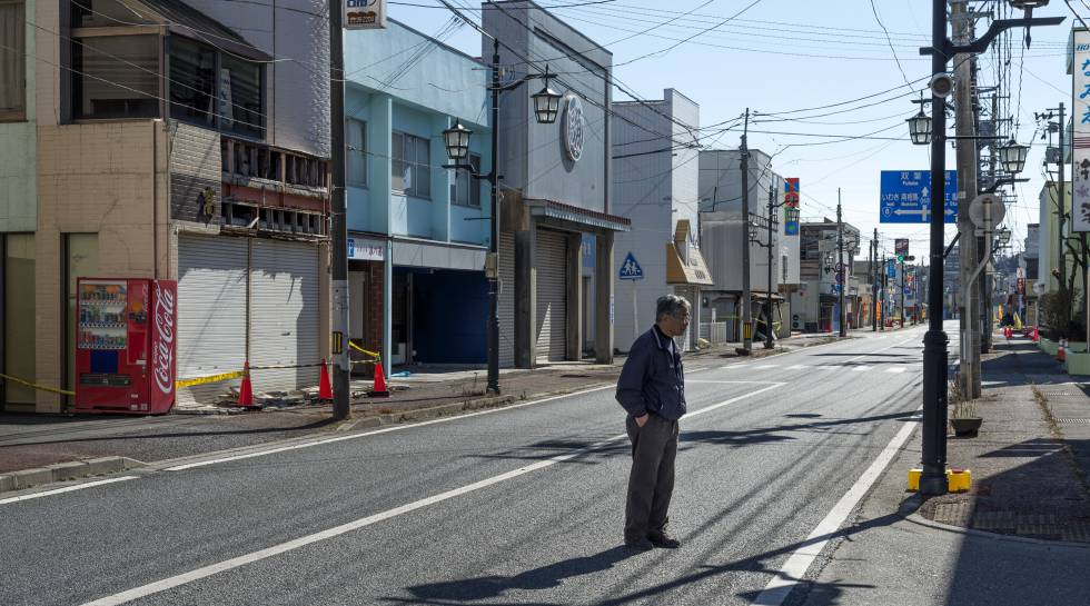 Toyotaka Kanakura, 65, looks at his old florist shop.