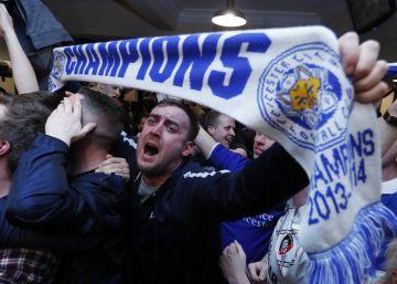 Seguidores del Leicester celebran el título.