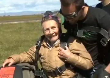 Una mujer celebra su 90 cumpleaños saltando en paracaídas