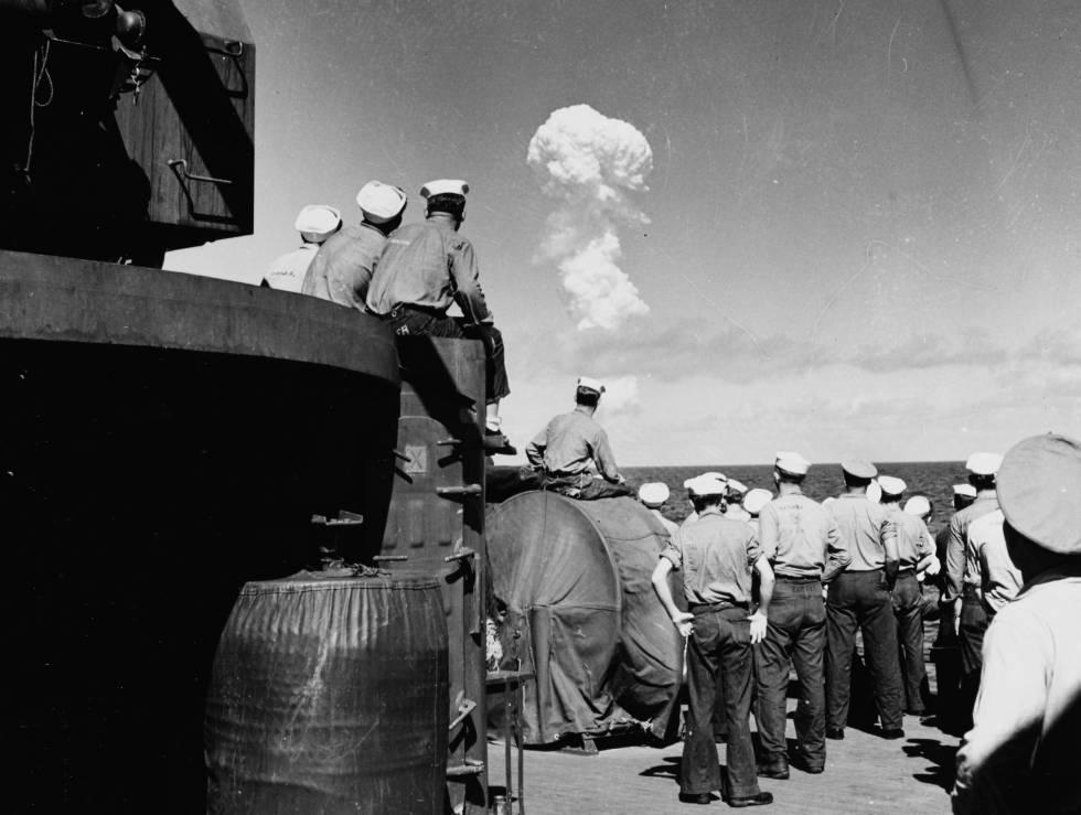 Militares observan la prueba nuclear Able el 1 de julio de 1946, en Bikini.