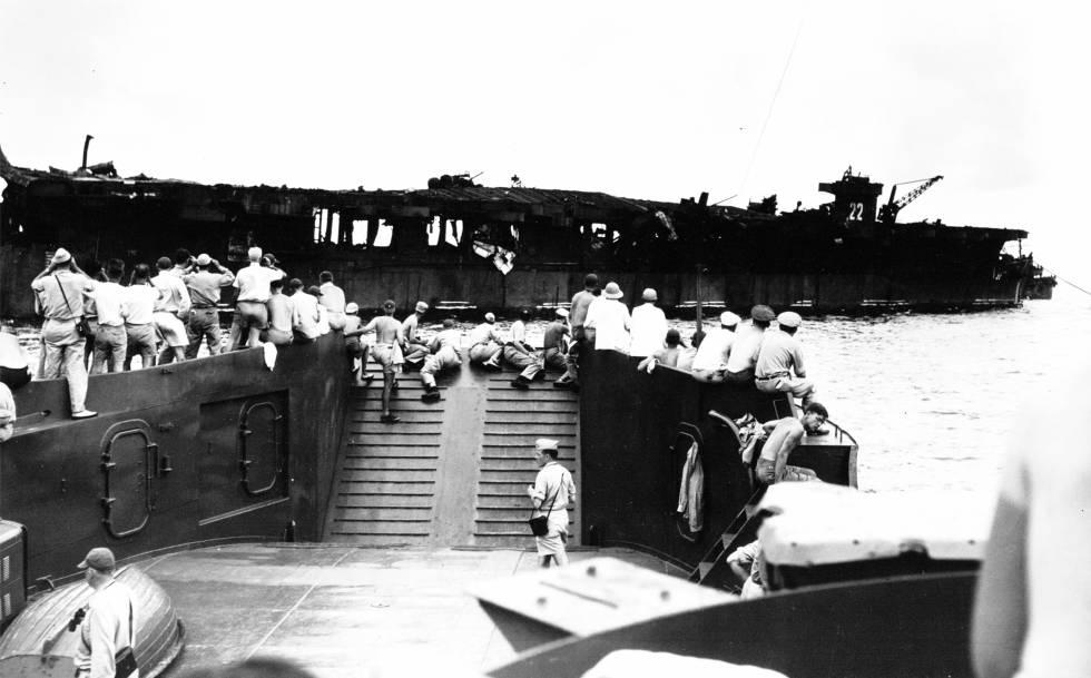 Militares observan el 'USS Independence' tras la bomba del 1 de julio de 1946.