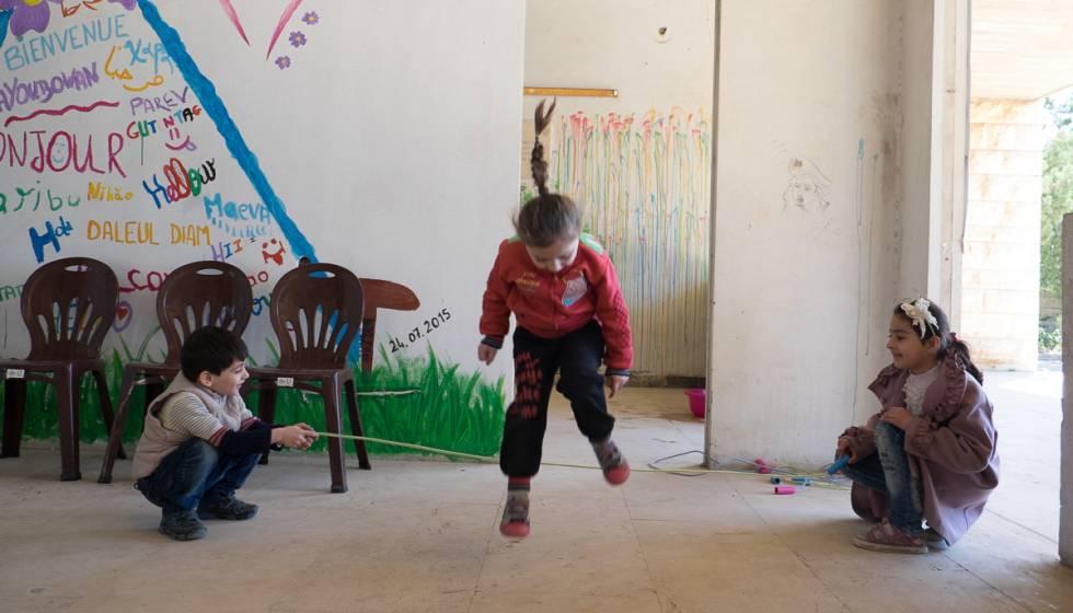 Varios chavales, refugiados provenientes de Siria, juegan en el patio del nuevo centro educativo.