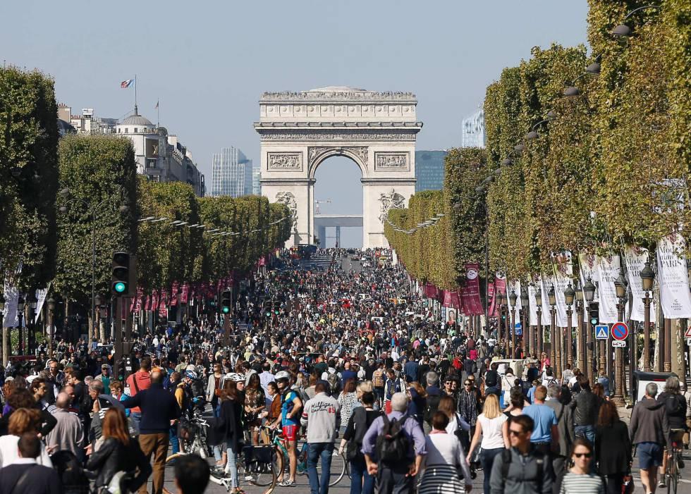 """Cientos de personas caminan por los Campos Elíseos de París celebrando el """"día sin coches"""""""