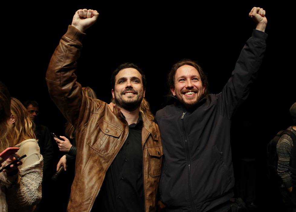 El líder de Podemos, Pablo Iglesias, y el de IU, Alberto Garzón, tras la firma del acuerdo para las elecciones generales. rn