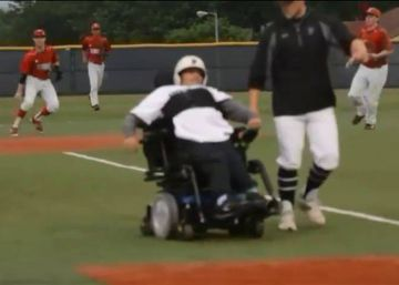 Un joven con discapacidad juega béisbol por primera vez