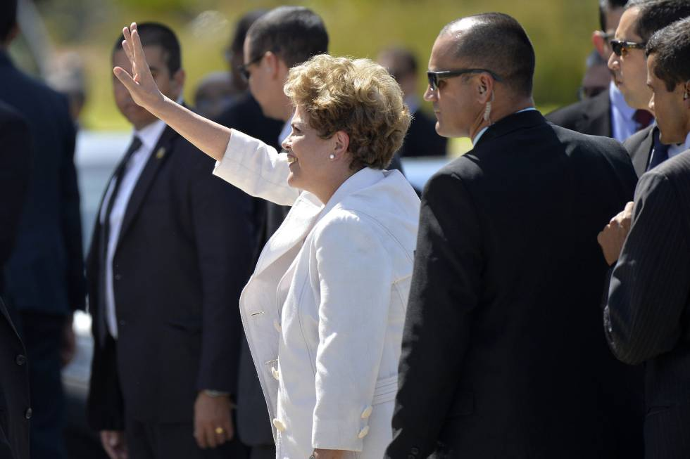 La presidenta de Brasil Dilma Rousseff deja el Palacio de Planalto al ser notificada de que tendrá que dejar el cargo por 180 días.