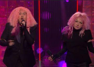 Cyndi Lauper canta por el salario de las mujeres en 'Late Late Show'