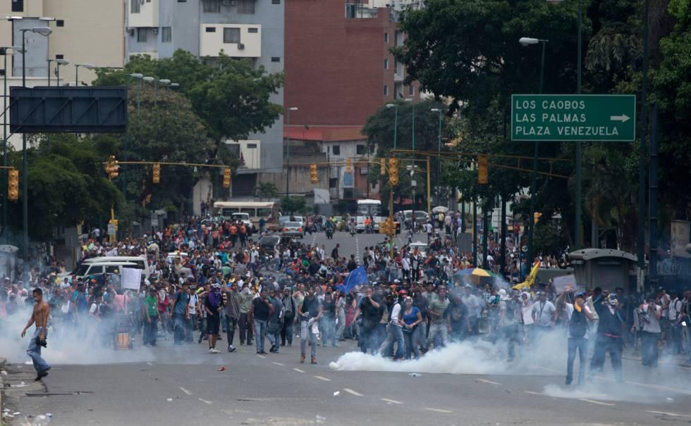 Manifestantes contra Maduro reciben gases lacrimógenos en una manifestación en Caracas.